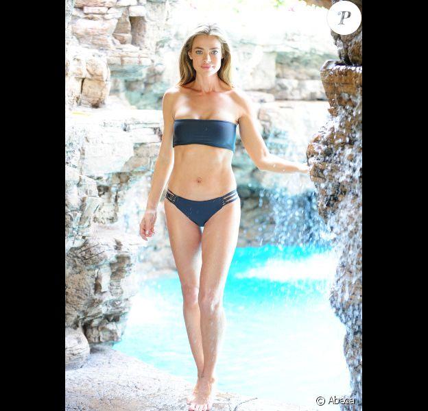 Denise Richards, très sexy, pose en bikini le 1er mai 2012 à Malibu
