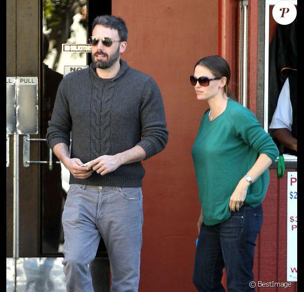 Jennifer Garner et son mari Ben Affleck, toujours aussi amoureux sortent de chez le médecin, le 3 mai 2012 à Santa Monica