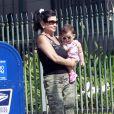 Lynne Spears se promène à West Hollywood avec dans les bras un enfant de la famille Spears, le dimanche 6 mai .