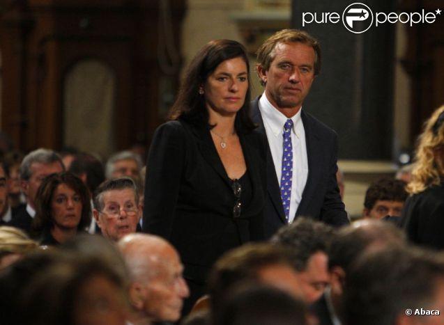 Mary et Robert F. Kennedy Jr. lors des obsèques de Ted Kennedy en août 2009.   Mary Kennedy (née Richardson), épouse de Robert F. Kennedy Jr., a été retrouvée morte à son domicile de Mount Kisco, Bedford, le 16 mai 2012.