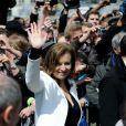 Valérie Trierweiler salue la foule, le jour de la passation de pouvoir, à Paris, le 15 mai 2012.