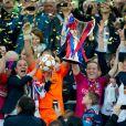 Sarah Bouhaddi et Sonia Bompastor soulèvent le trophée lors de la finale de la Ligue des Champions féminines remportée par l'équipe de Lyon à Munich le 17 mai 2012 face à Francfort (2-0)