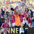 L'équipe lyonnaise célèbre la victoire lors de la finale de la Ligue des Champions féminines remportée Lyon à Munich le 17 mai 2012 face à Francfort (2-0)