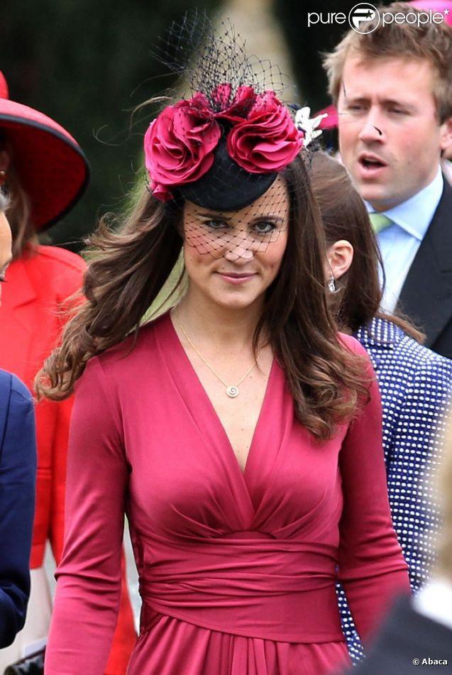Pippa Middleton, dans une robe Issa rouge framboise (modèle Forever), au mariage de son amie Camilla Hook avec Sam Holland, petit-fils du réalisateur oscarisé Lord Richard Attenborough, le 19 mai 2012 à Aberlady, près d'Edimbourg (Ecosse).