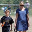 Reese Witherspoon, très enceinte, et son fils Deacon vont à un match de football à Brentwood, Los Angeles, le 19 mai 2012