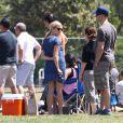 Reese Witherspoon et son mari Jim Toth, supportent le fils de l'actrice qui joue au football à Brentwood, Los Angeles, le 19 mai 2012
