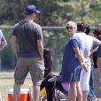 Reese Witherspoon, très enceinte, supporte son fils Deacon qui joue au football à Brentwood, Los Angeles, le 19 mai 2012