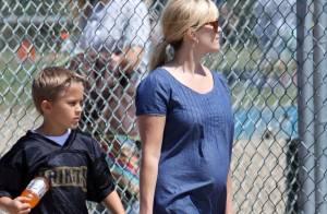 Reese Witherspoon, bien enceinte et toujours mère poule pour son fils sportif