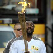 Will.i.am : Un relayeur de la flamme olympique incapable de lâcher son portable