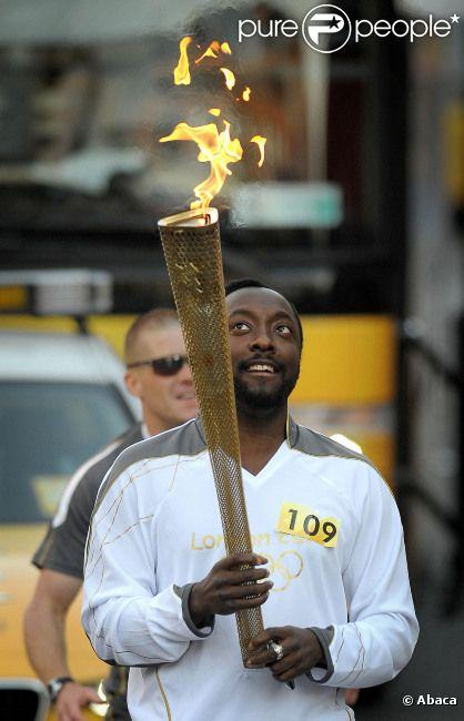 Will.i.am participe au relais olympique en portant la flamme olympique et le numéro 109 le 21 mai 2012 dans les rues de Tauton dans le Somerset