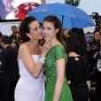 Andie Macdowell et Sarah Margaret Qualley : complicité mère fille lors de la montée des marches de la cérémonie de clôture du Festival de Cannes 2012. Le 27 mai 2012.