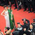 Andie Macdowell en Giorgio Armani et sa fille Sarah Margaret Qualley en Elie Saab lors de la montée des marches de la cérémonie de clôture du Festival de Cannes 2012. Le 27 mai 2012.