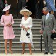 Kate Middleton a fait équipe avec le prince Charles et Camilla Parker Bowles lors de la deuxième garden party à Buckingham Palace, le 29 mai 2012, dans le cadre des célébrations du jubilé de diamant de la reine Elizabeth II. La duchesse de Cambridge porte la même robe Emilia Wickstead que précédemment pour le déjeuner de la souveraine à Windsor, le 18 mai, et un chapeau Jane Corbett.