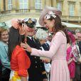 Il y avait la queue pour rencontrer Kate...   Kate Middleton lors de la deuxième garden party à Buckingham Palace, le 29 mai 2012, dans le cadre des célébrations du jubilé de diamant de la reine Elizabeth II. La duchesse de Cambridge porte la même robe Emilia Wickstead que précédemment pour le déjeuner de la souveraine à Windsor, le 18 mai, et un chapeau Jane Corbett.