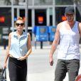 Miley Cyrus se promène avec Liam Hemsworth et leur chien Happy, le samedi 12 mai 2012.