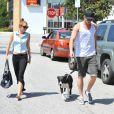 Miley Cyrus et Liam Hemsworth promènent leur chien Happy, le samedi 12 mai 2012, à Los Angeles.
