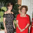 Letizia d'Espagne et l'épouse du président portugais, Maria Alvaes Silva lors d'un dîner au palais de Queluz au Portugal le 31 mai 2012