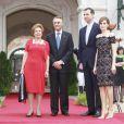 Le président portugais Anibal Cavaco Silva, sa femme Maria Alvaes Silva, avec le couple princier Felipe et Letizia d'Espagne lors d'un dîner au palais de Queluz au Portugal le 31 mai 2012