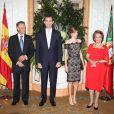Le président portugais Anibal Cavaco Silva, Felipe d'Espagne, son épouse Letizia et Maria Alvaes Silva, femme du président, lors d'un dîner au palais de Queluz au Portugal le 31 mai 2012