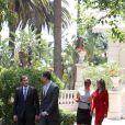 Le Premier ministre portugais, Felipe d'Espagne, l'épouse du Premier ministre, Laura Ferreira, et Letizia d'Espagne lors d'une entrevue à Sao Bento au Portugal le 1er juin 2012