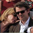 Michèle Laroque et François Baroin complices dans les tribunes du court Suzanne-Lenglen, à Roland-Garros, le 2 juin 2012.