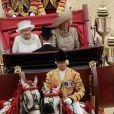 Dernier temps fort du week-end central du jubilé de diamant, la reine Elizabeth II a regagné Buckingham Palace dans le 1902 State Landau pour une apparition finale au balcon, après la messe en son honneur à St. Paul et un déjeuner avec des corps de métiers historiques à Westminster. A ses côtés, de manière inédite, se trouvait Camilla Parker Bowles. Le prince William, Catherine, duchesse de Cambridge et le prince Harry suivaient dans un autre State Landau.