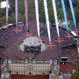 La patrouille des Red Arrows a strié le ciel des couleurs de l'Union Jock, en point d'orgue au jubilé de diamant de la reine Elizabeth II.   La reine Elizabeth II est apparue le 5 juin 2012 vers 15h25 au balcon de Buckingham Palace face au Mall avec le prince Charles, Camilla Parker Bowles, le prince William, Kate Middleton et le prince Harry, en conclusion du ''central week-end'' de son jubilé de diamant.