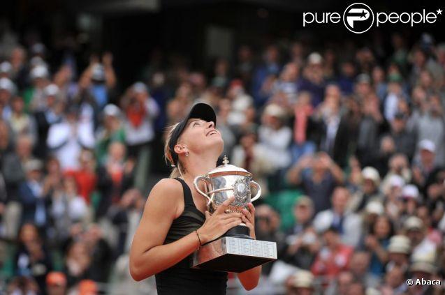 Maria Sharapova soulève enfin la coupe Suzanne Lenglen ! Elle a remporté samedi 9 juin 2012 Roland-Garros pour la première fois de sa carrière, aux dépens de l'Italienne Sara Errani. La Russe devient seulement la 6e joueuse de l'ère Open à s'être imposée dans chacun des Majeurs du circuit.