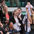 Après sa victoire, Maria Sharapova a partagé son bonheur avec son clan, vers qui elle s'était tourné à l'issue de la balle de match, à genoux dans l'ocre...   Maria Sharapova a remporté samedi 9 juin 2012 Roland-Garros pour la première fois de sa carrière, aux dépens de l'Italienne Sara Errani. La Russe devient seulement la 6e joueuse de l'ère Open à s'être imposée dans chacun des Majeurs du circuit.