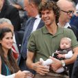Gustavo Kuerten et sa petite famille lors de la finale de Roland-Garros entre Rafael Nadal et Novak Djokovic le 10 juin 2012 à Paris
