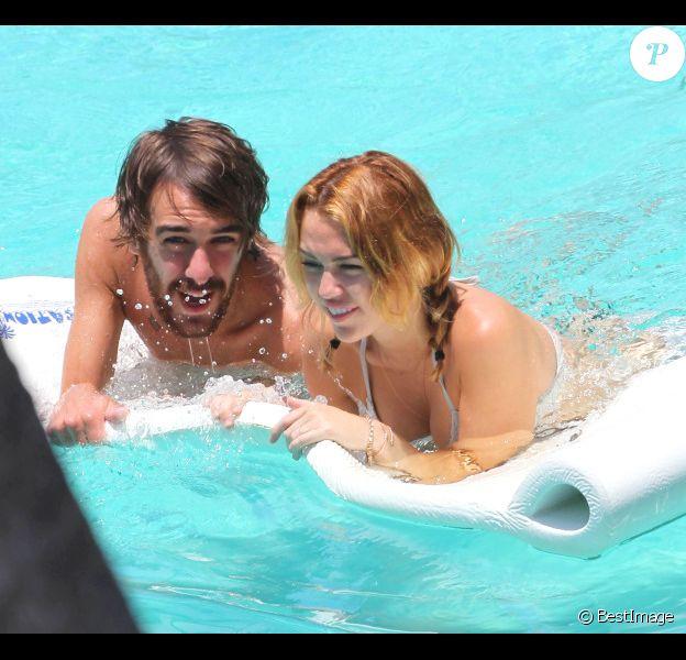 Miley Cyrus dans une piscine à Miami avec son ami Cheyne, le mercredi 13 juin 2012.