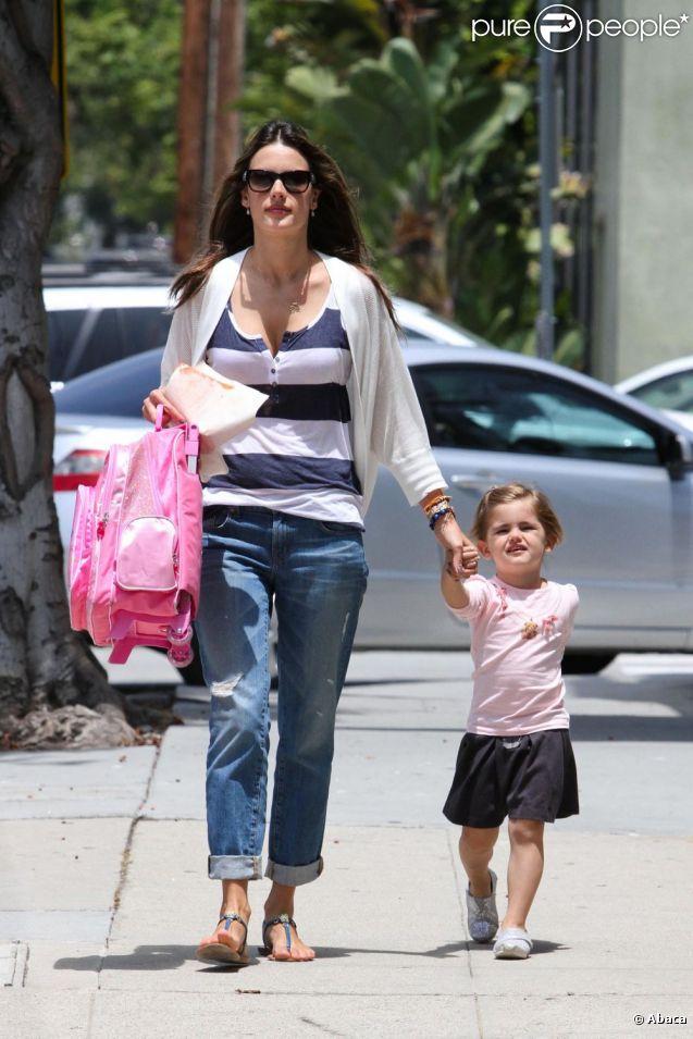 Alessandra Ambrosio et sa fille Anja dans les rues de Los Angeles le 20 juin 2012