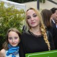 Chloé Mons et sa fillePoppée à l'inauguration du square Alain-Bashung, dans le 18e arrondissement de Paris, le 21 juin 2012.