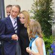 Bertrand Delanoë pose avec Chloé Mons et sa fillePoppée à l'inauguration du square Alain-Bashung, dans le 18e arrondissement de Paris, le 21 juin 2012.
