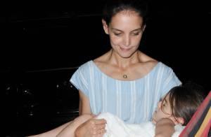 Suri Cruise : A bout de forces, elle ne quitte pas les bras de Katie Holmes
