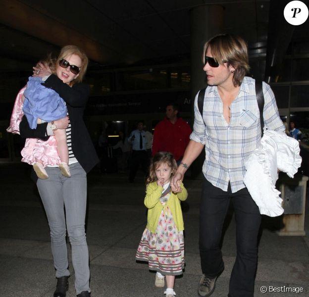 Nicole Kidman, Keith Urban et leurs deux filles Sunday, 3 ans et Faith, 1 an arrivent à Los Angeles après quelques jours en Australie. Le 22 juin 2012.