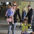 Nicole Kidman ne quitte pas ses filles, tenant Sunday à la main et portant Faith dans ses bras à l'aéroport de Los Angeles, le 22 juin 2012.