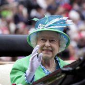 Elizabeth II : Royale et souriante sous les yeux de Lara Stone et Kelly Brook
