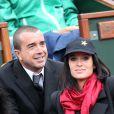 Jade Foret, enceinte, et Arnaud Lagardère, amoureux, assistent aux internationaux de France de Roland-Garros à Paris, le 4 juin 2012. Le couple, fiancé, est toujours aussi complice.