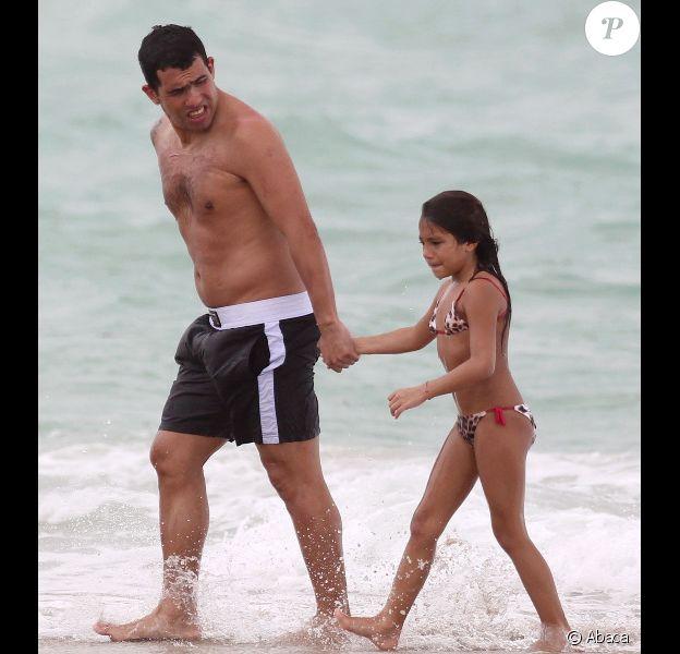 Carlos Tévez et sa fille Florencia le 25 juin 2012 à Miami