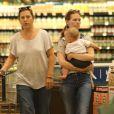 January Jones avec son fils Xander en pleine séance shopping le 25 juin 2012 à Los Angeles