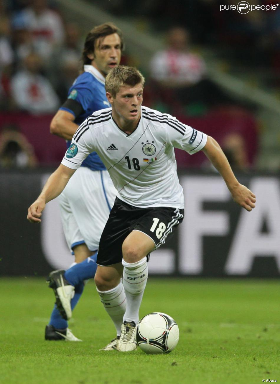 toni kroos durant la demi finale de l 39 euro 2012 perdue par l 39 allemagne face l 39 italie le 28. Black Bedroom Furniture Sets. Home Design Ideas