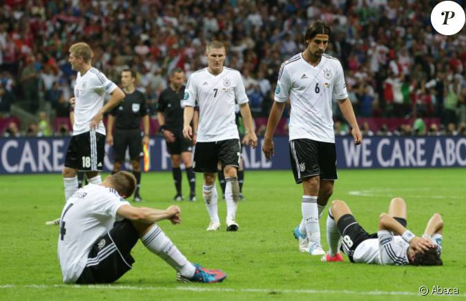 sami khedira numero 6 durant la demi finale de l 39 euro 2012 perdue par l 39 allemagne face l. Black Bedroom Furniture Sets. Home Design Ideas