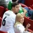 Le frère de Sami Khedira et Lena Gercke durant la demi-finale de l'Euro 2012 perdue par l'Allemagne face à l'Italie, le 28 juin 2012 à Varsovie, en Pologne