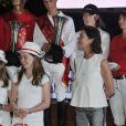 Alexandra de Hanovre et sa maman la princesse Caroline de Monaco avec les vainqueurs du Pro-Am Cup de Monaco, prestigieuse épreuve du Jumping de Monaco sponsorisée par Jaeger LeCoultre, le 29 juin 2012.
