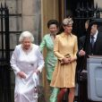 Elizabeth II, Kate Middleton, la princesse Anne, le prince Philp et le prince William après l'office. Cérémonie d'intronisation du prince William comme chevalier de l'ordre du Chardon en la cathédrale Saint Gilles d'Edimbourg, le 5 juin 2012.