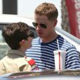 Ginnifer Goodwin et son compagnon Josh Dallas devant un fast-food à Los Angeles, le 5 juillet 2012.