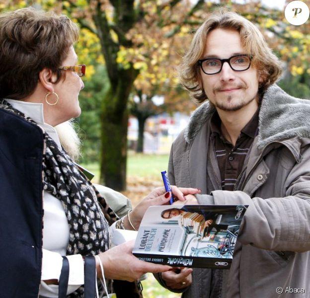 Lorànt Deutsch signe un autographe à la Foire du livre de Brive-la-Gaillarde, le 8 novembre 2009.