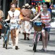 Dakota Fanning et Elizabeth Olsen en plein tournage de Very Good Girls, à New York le 5 juillet 2012