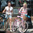 Sur leurs vélos, Dakota Fanning et Elizabeth Olsen en plein tournage de Very Good Girls, à New York le 5 juillet 2012